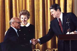 Bourgeois ideologue Milton Friedman with Ronald Reagan